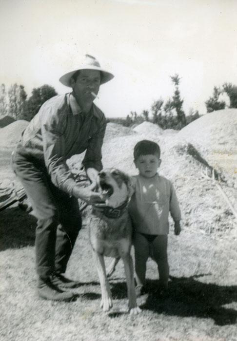 Hilario y Roberto con el perro Arturo en la era de Cerezales del Condado
