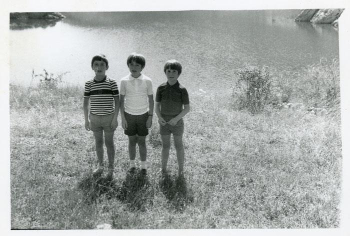 Los primos Roberto Fernández, Vicente Gutiérrez y Fernando Gutiérrez en el embalse de Vegamián.
