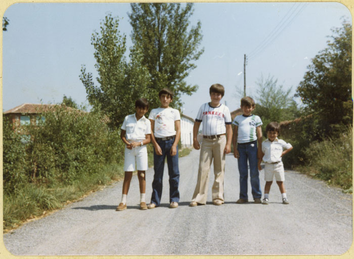 Amigos posando en la entrada de Cerezales del Condado