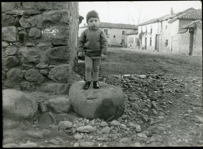 Roberto Fernández junto a la casa del tío Hilario en Cerezales del Condado