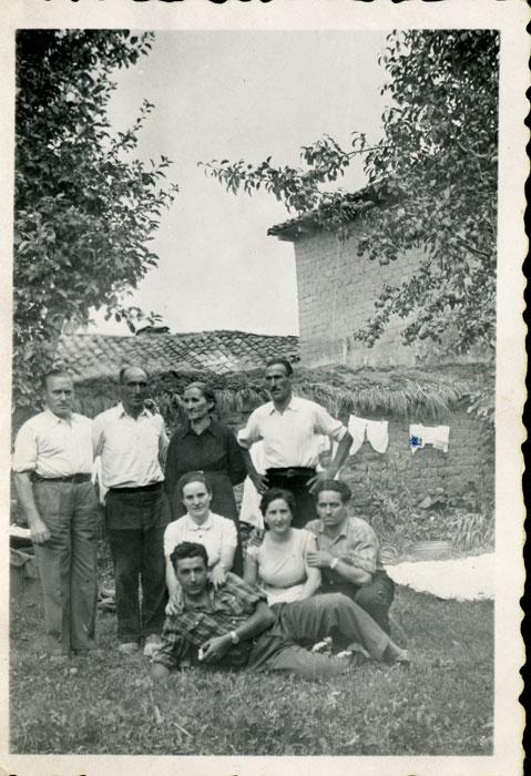 La familia de Vicente Gutiérrez y Antolina de Cabo en la huerta de la casa familiar de Cerezales del Condado
