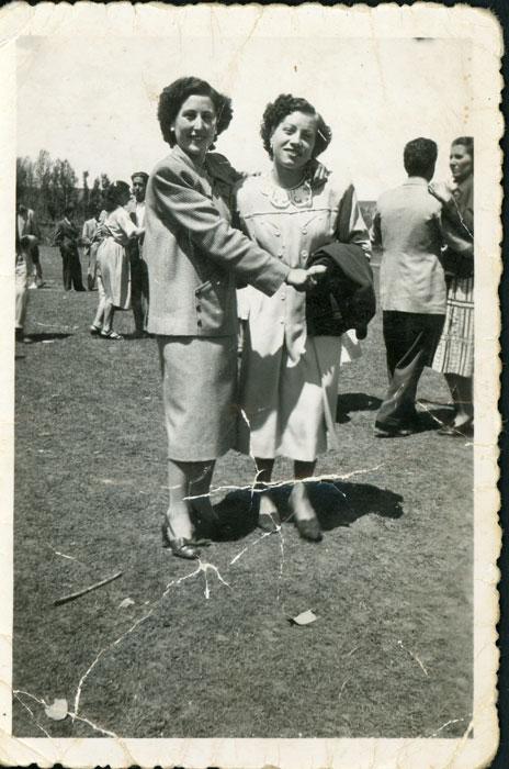 Albina González y Felisa Gutiérrez bailando en la fiesta del Corpus en la era de Cerezales del Condado