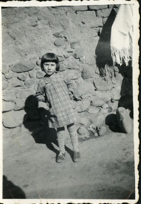 Felisa Gutiérrez en el corral de la casa familiar en Cerezales del Condado