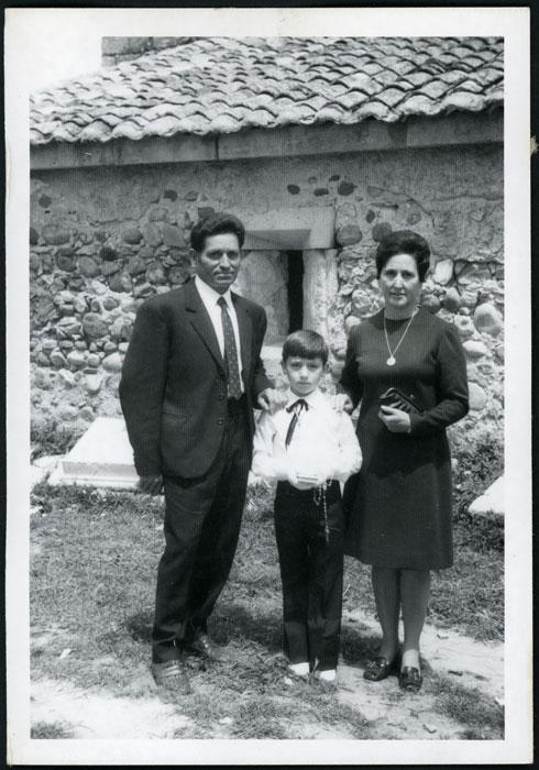 Roberto Fernández con sus padres el día de su primera comunión
