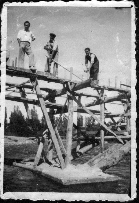Haciendo el puente de madera sobre el río Porma en Cerezales del Condado