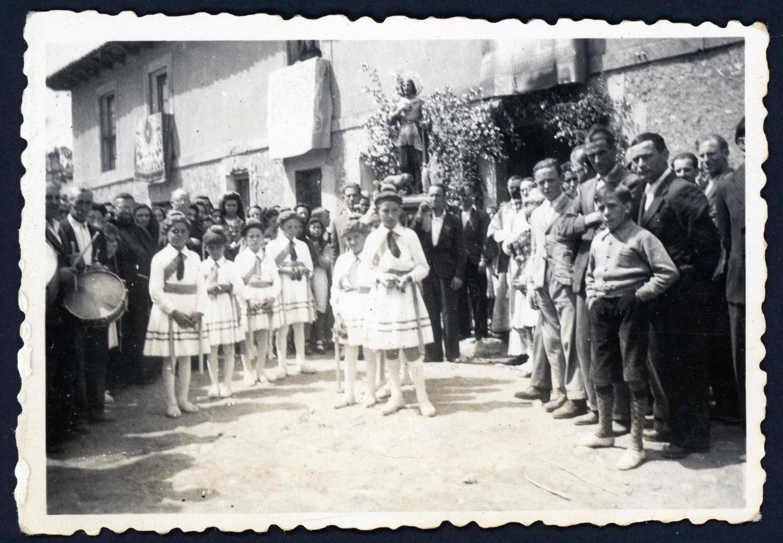 Grupo de danzas con palos en Cerezales del Condado