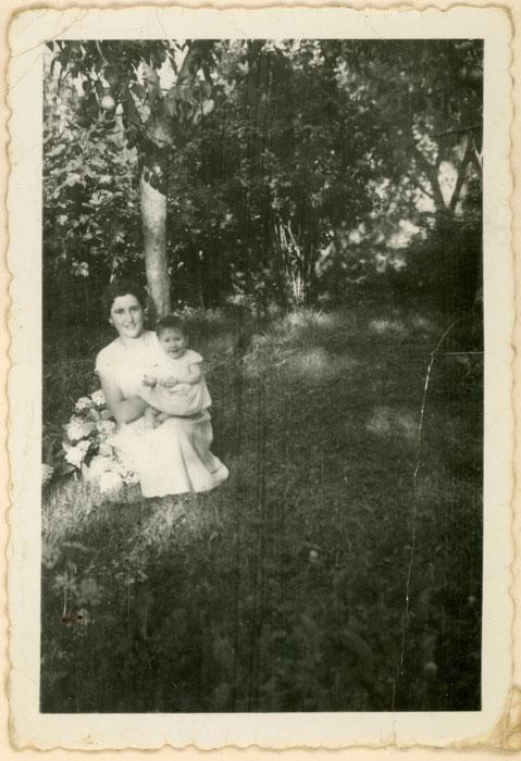 Felisa Gutiérrez con su sobrino Florentino Gutiérrez en la huerta en Cerezales del Condado