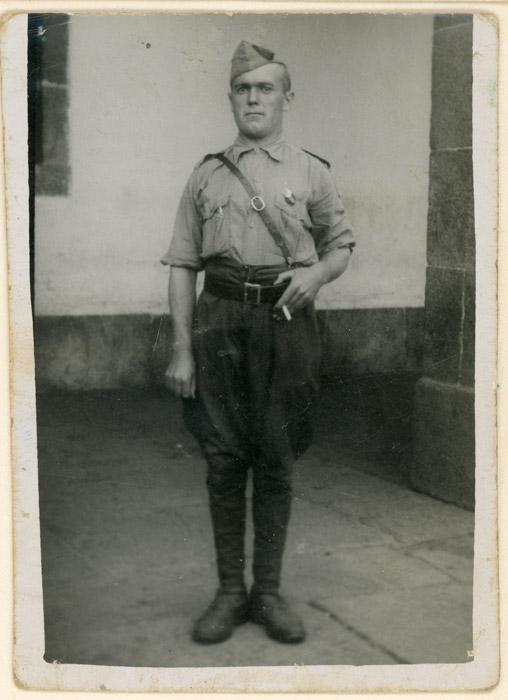Díez Valladares posando de militar