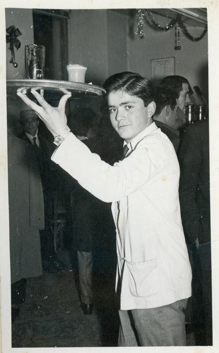 Cari González trabajando de camarero en la cafetería El Viejo de Boñar