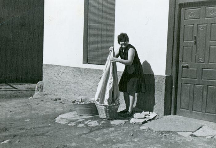Caya González lavando la ropa en la calle en Cerezales del Condado