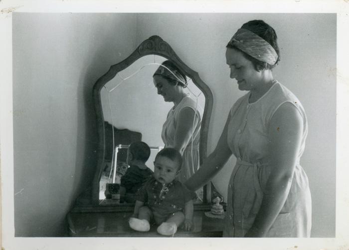Avelina González con su sobrino Roberto Fernández en la casa familiar en Cerezales del Condado