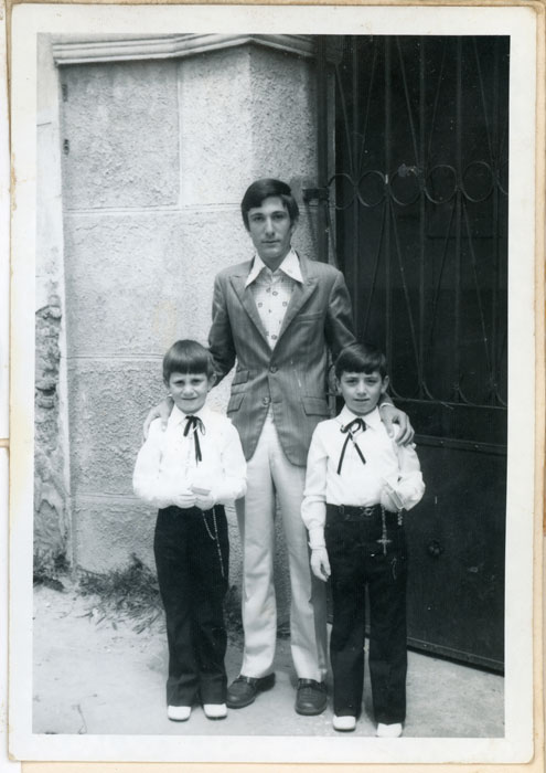 Roberto Fernández y Luis Fernando Gutiérrez de primera comunión en la puerta de la iglesia de Cerezales del Condado