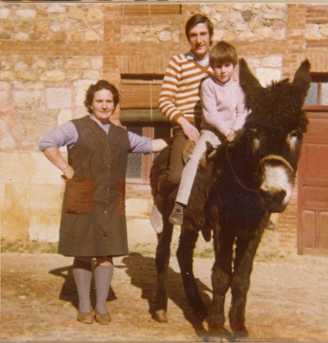 Avelina González con sus hijos Florentino y Luis Fernando Gutiérrez subidos a la burra Consorcia en Cerezales del Condado
