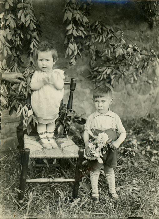 Retrato de los hermanos Valeriano y Felisa Gutiérrez en la huerta de la casa familiar en Cerezales del Condado