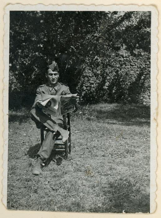 Valeriano Gutiérrez vestido de militar en la huerta familiar en Cerezales del Condado
