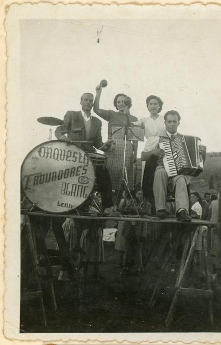 Felisa Gutiérrez y Avelina González con la orquesta Trovadores en la fiesta de Cerezales del Condado