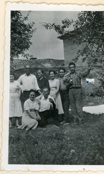 Vicente Gutiérrez y Antolina de Cabo con la familia en la huerta de la casa familiar en Cerezales del Condado