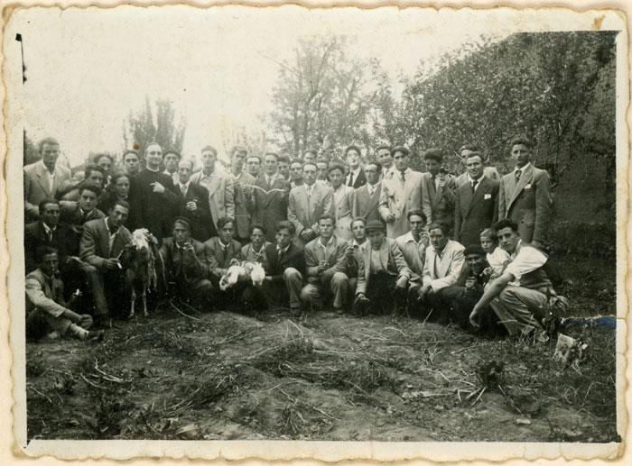 La juventud de Cerezales del Condado cuando cantó misa Don Abundio