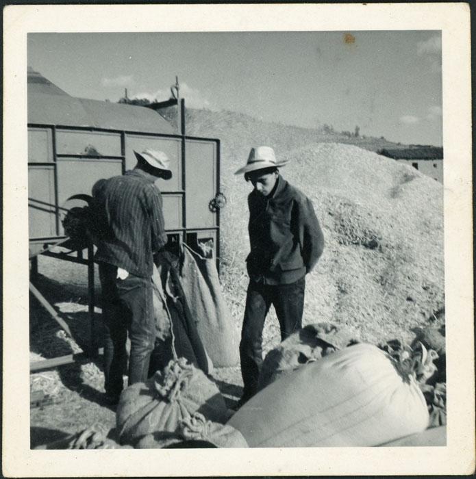 Manuel Martínez y su amigo José Luis limpiando el cereal en la era en Cerezales del Condado