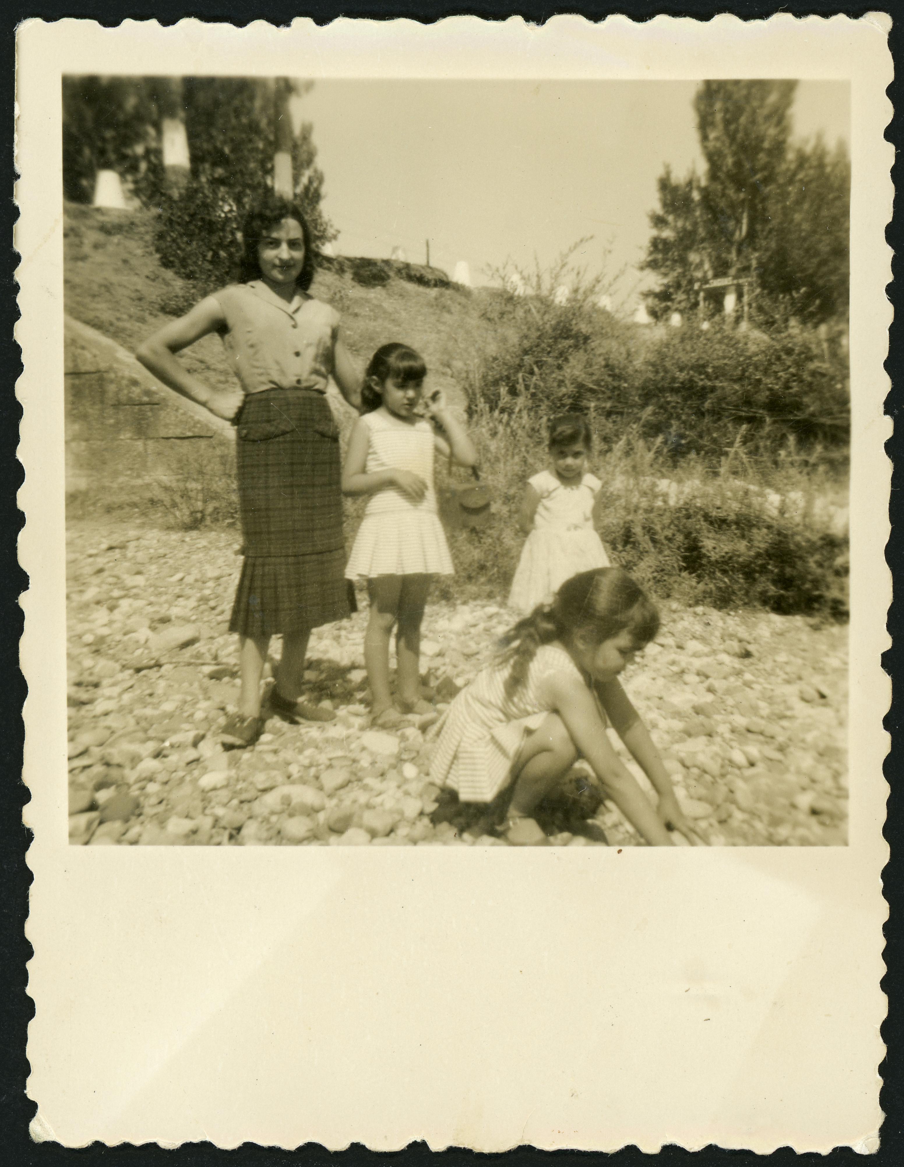 Rubenita Aller con unas niñas junto al río Curueño