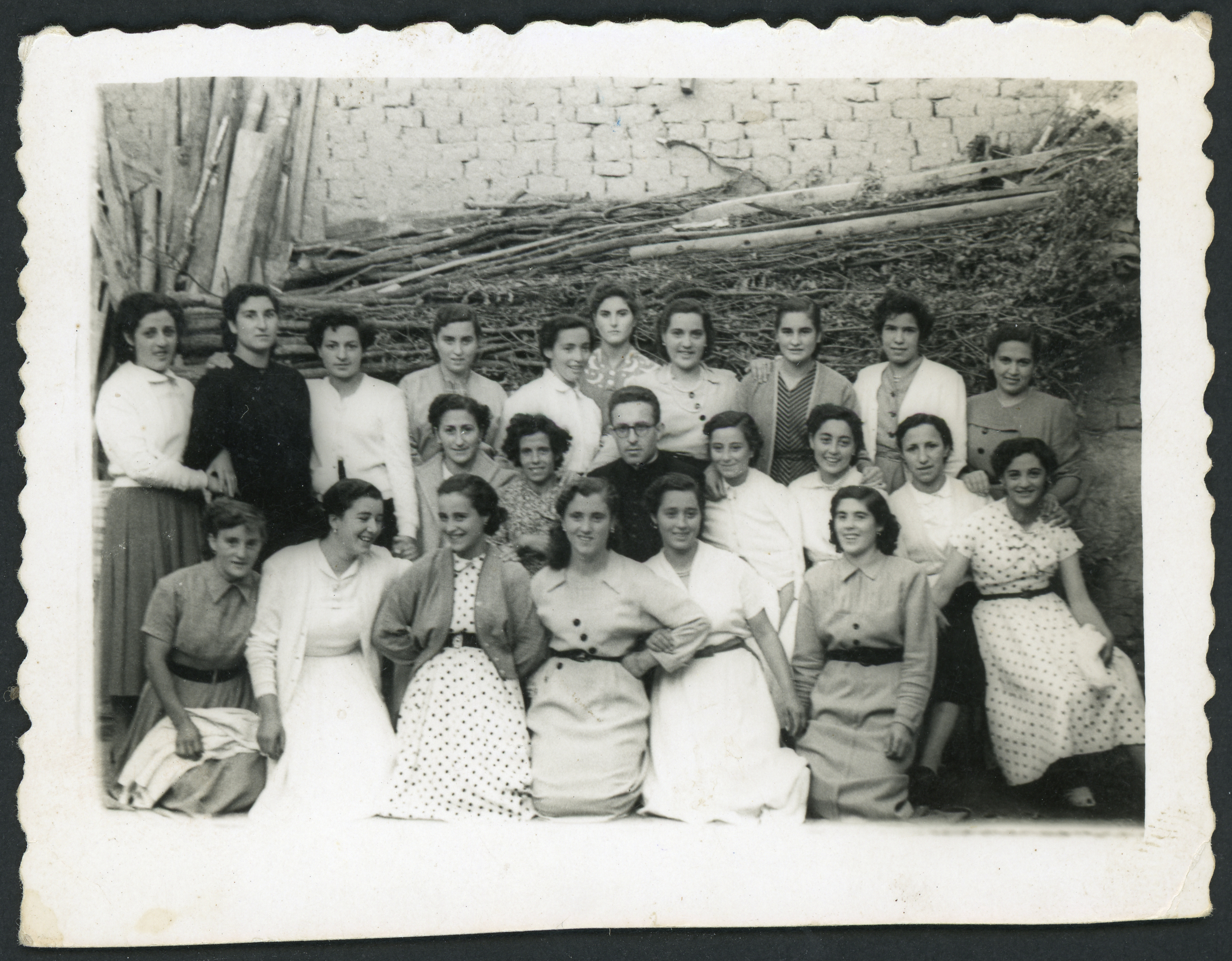 Don Emiliano con las mozas del pueblo a la salida de su cantamisas en Ambasaguas de Curueño
