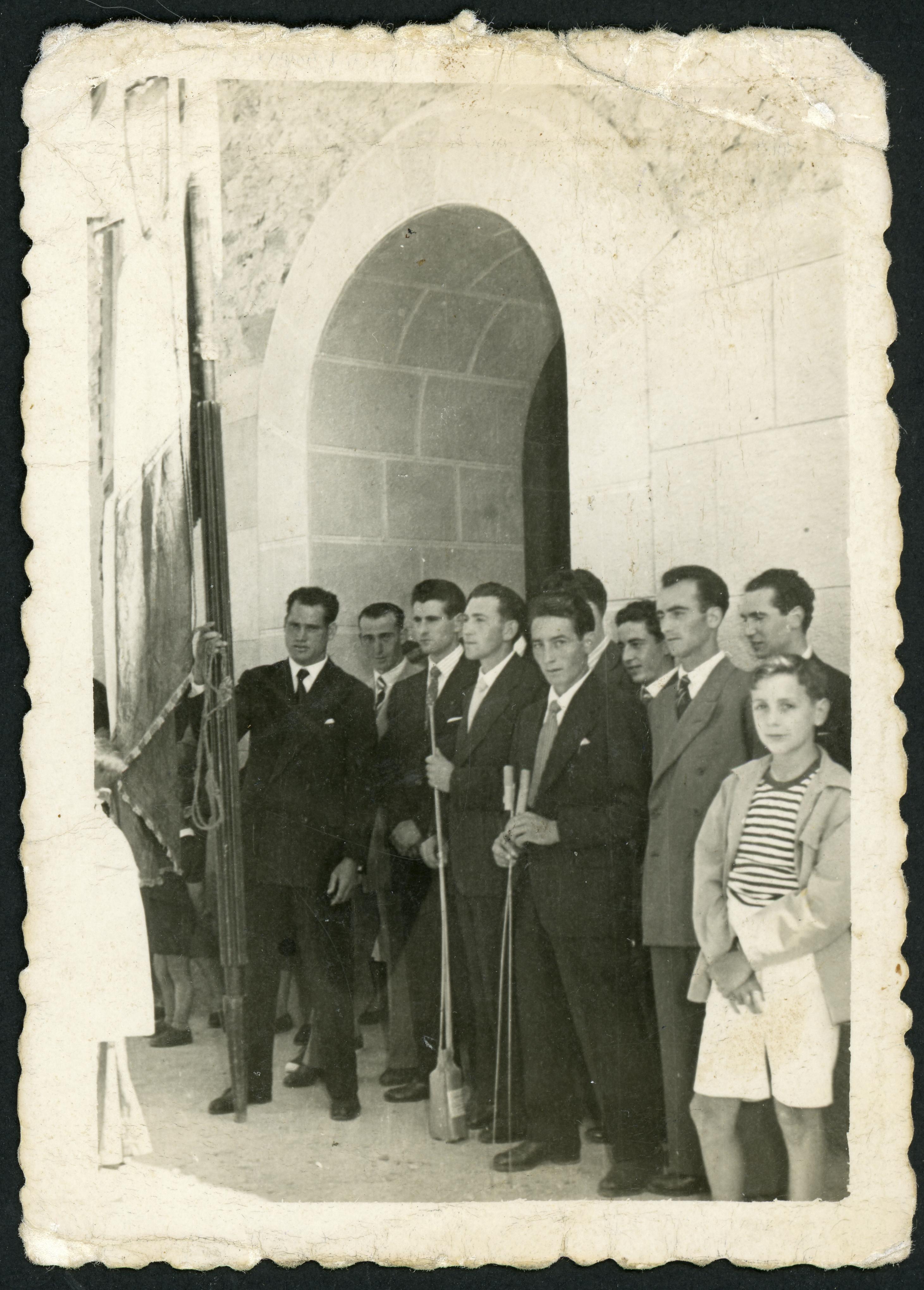 Con el pendón y cohetes a la puerta de la iglesia de Ambasaguas de Curueño