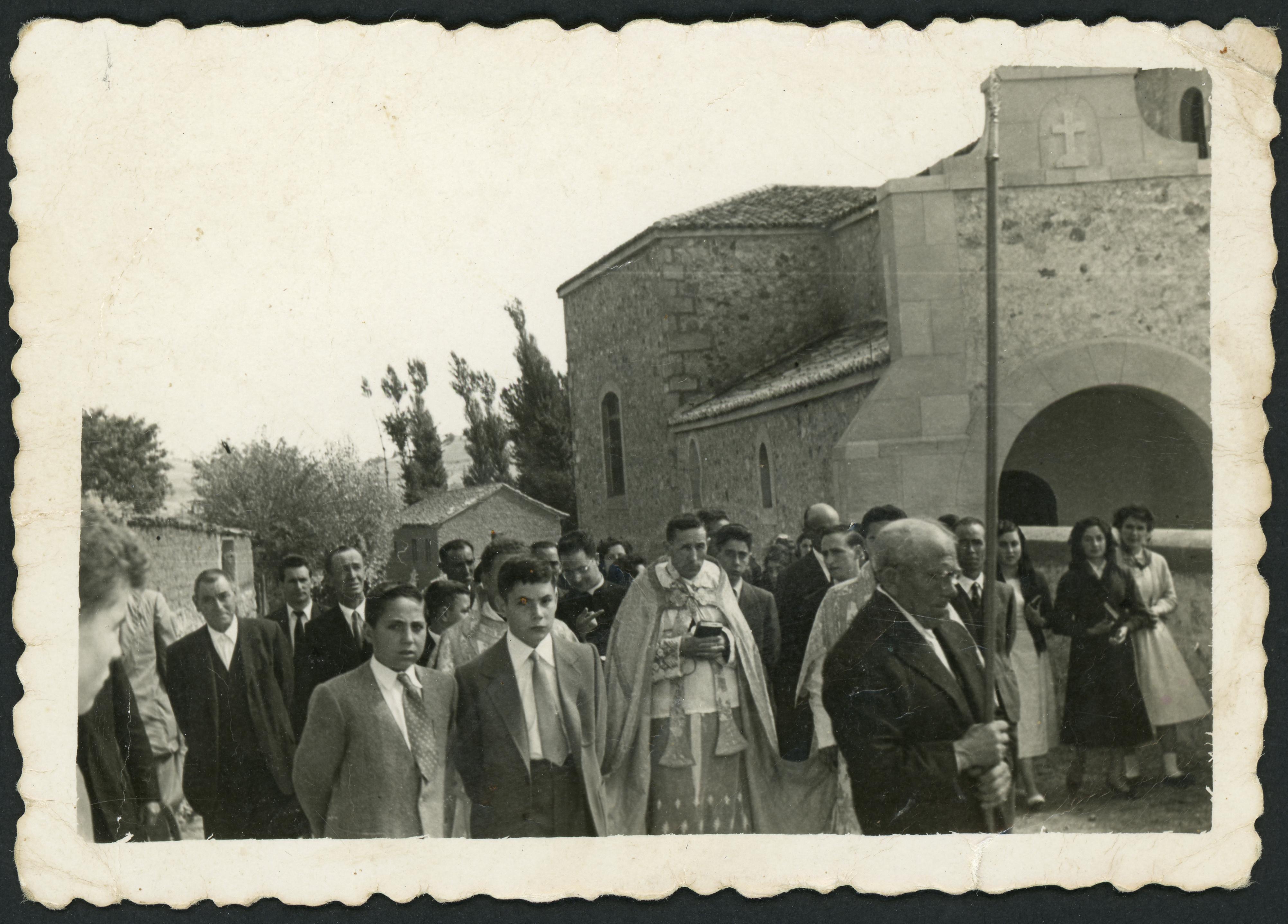 Procesión junto a la iglesia en Ambasaguas de Curueño