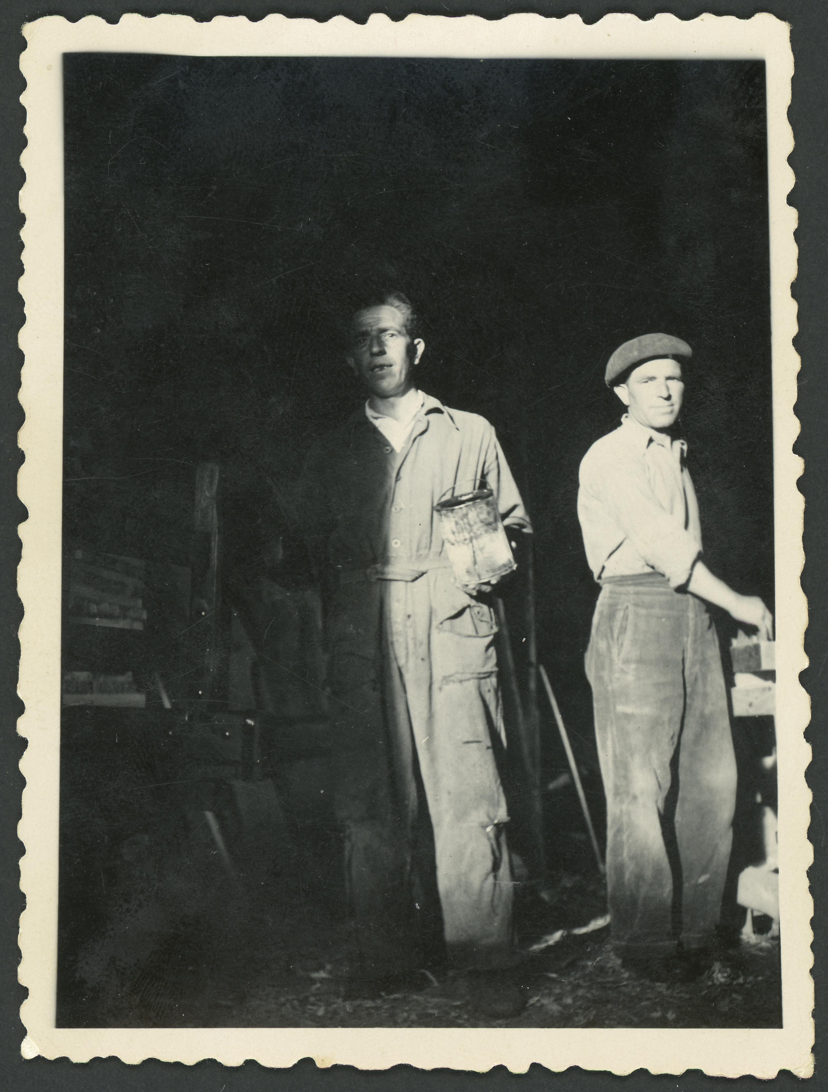 Bonifacio Aller y su hermano en el taller de carros de Ambasaguas de Curueño