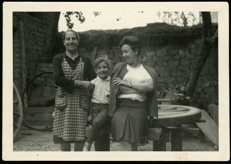 Antonia Castro, Mª del Mar Martínez y una amiga en el taller de carros familiar en Ambasaguas de Curueño