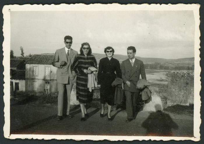 Leoncio, Luisa, Carmen y Fimo en el puente que une Ambasaguas de Curueño con Barrio de Nuestra Señora