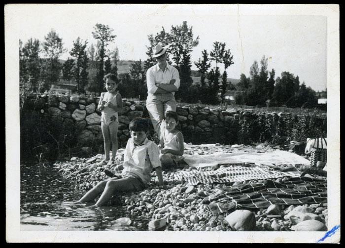 Carlos Escapa, Plácido Escapa, Susi y Toñi García en el río en Barrio de Nuestra Señora