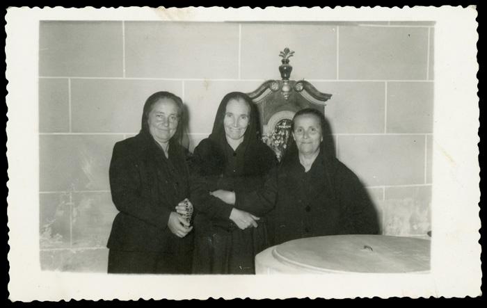 Bárbara Rojo, Manuela Cascón y Fructosa González en la iglesia de Ambasaguas de Curueño