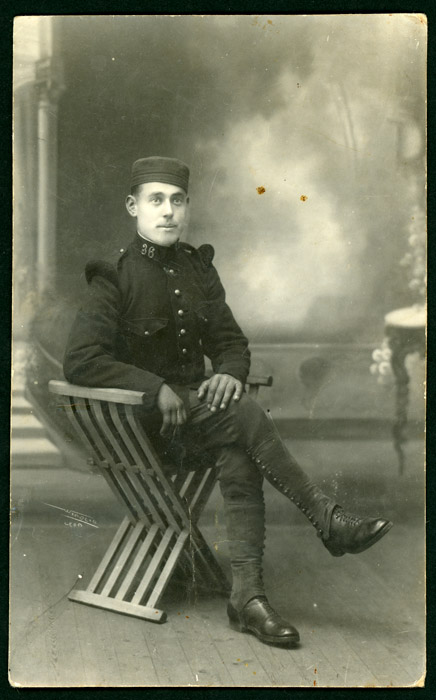 Retrato de estudio de Antonio González vestido de militar