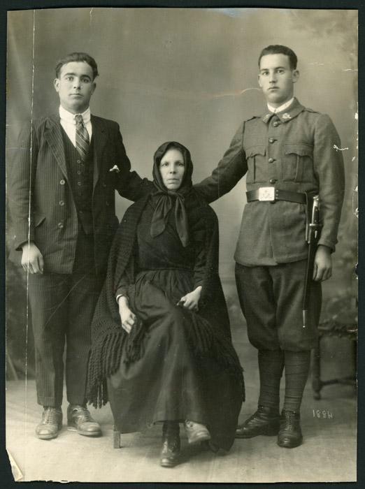 Retrato de estudio de la abuela Graciana, el abuelo Plácido y el tío Juanito.