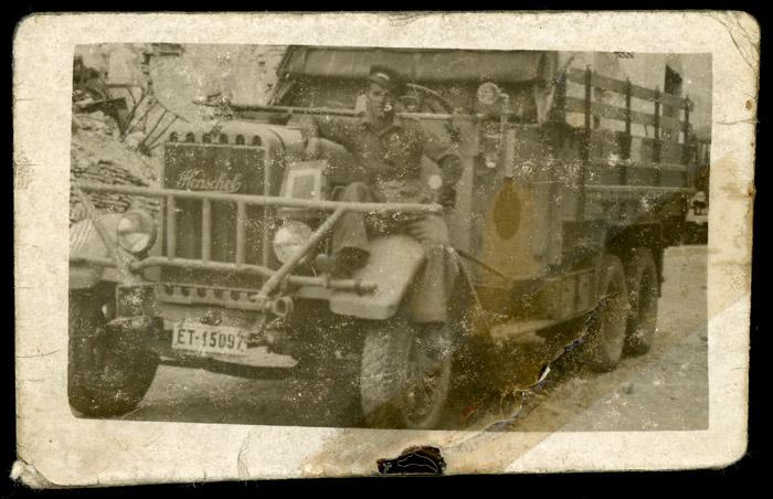 Amador Aller de militar en un camión