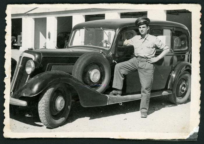 Amador Aller posando junto a su taxi