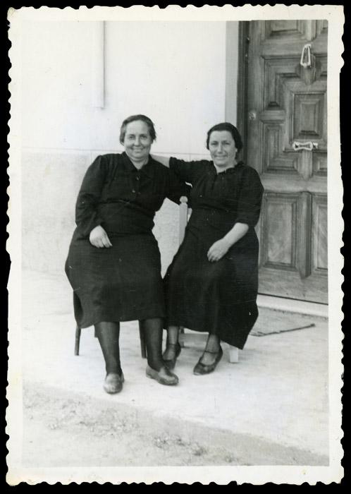 Rosalina y Fructosa González delante de la casa familiar en Ambasaguas de Curueño
