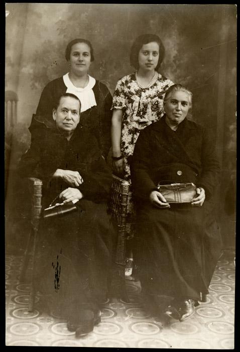 Retrato de estudio de Manuela Rojo, Maruja González, Manuela Cascón y María