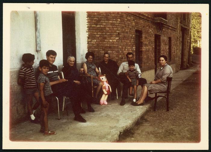 La abuela Manuela Rojo con la familia en la puerta de la casa de Ambasaguas de Curueño