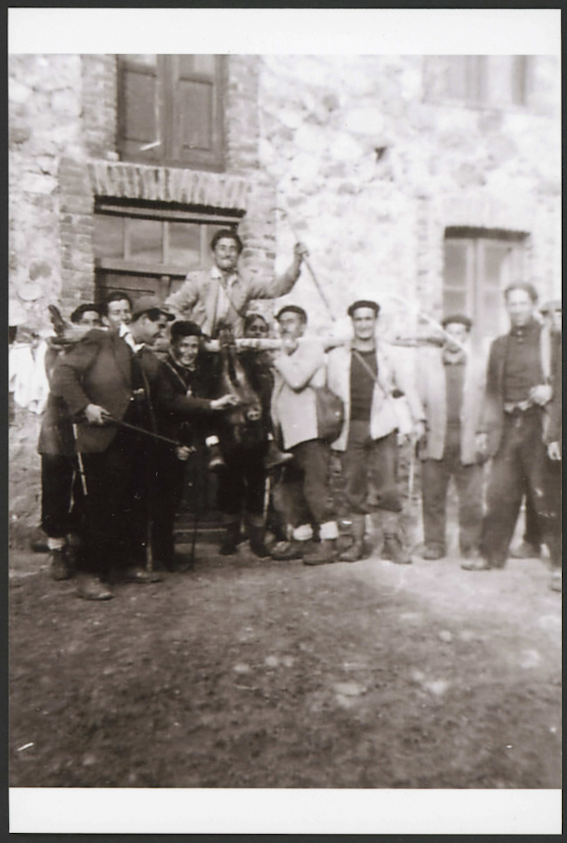 Vecinos de Lugán posando con un jabalí tras una caceria.