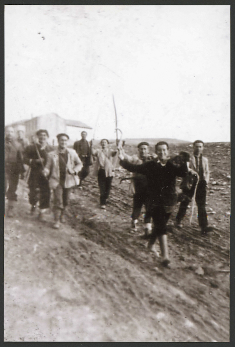 Vecinos de Lugán después de una cacería.