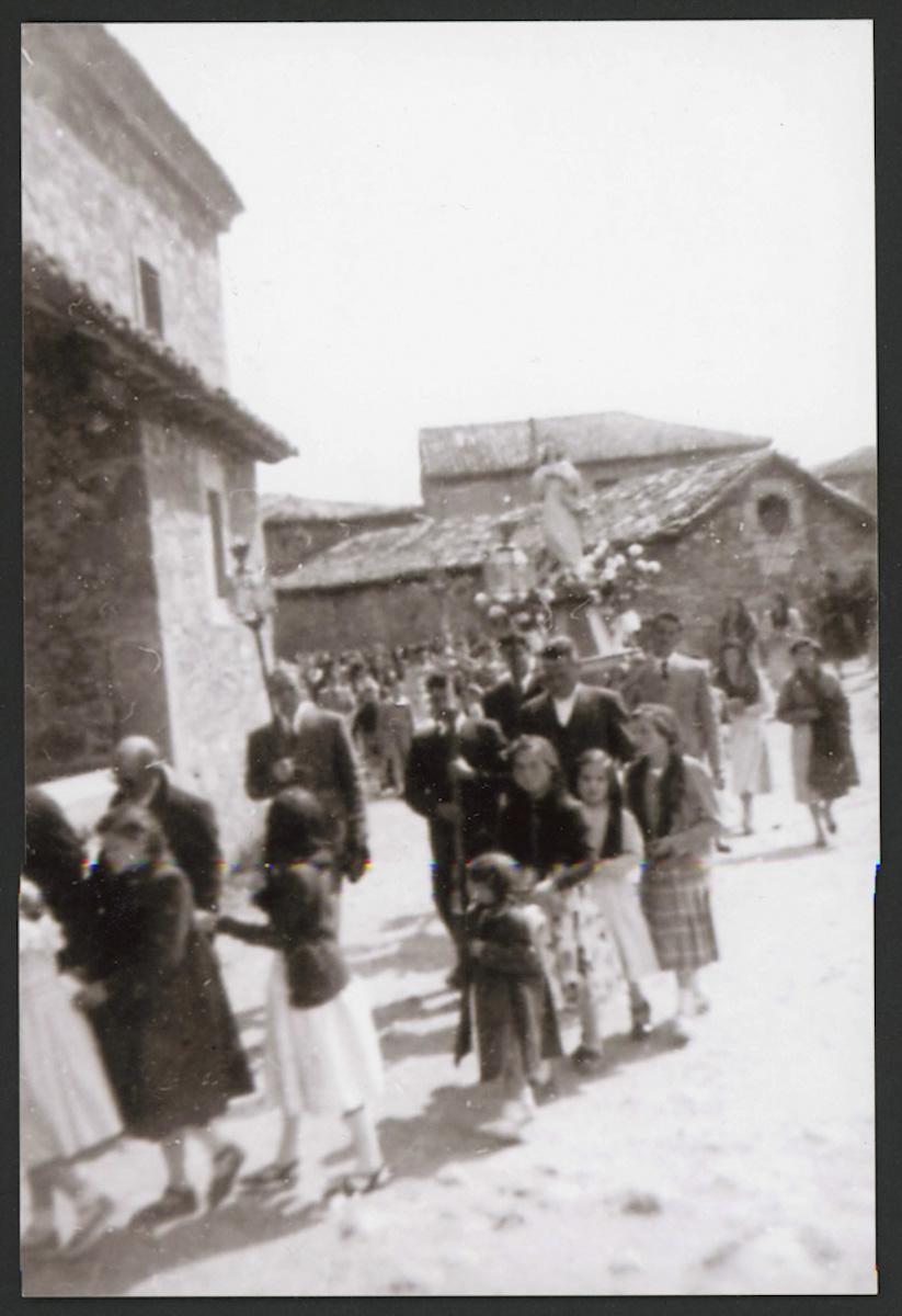 Procesión entrando en la iglesia de Lugán el Domingo de Pascua