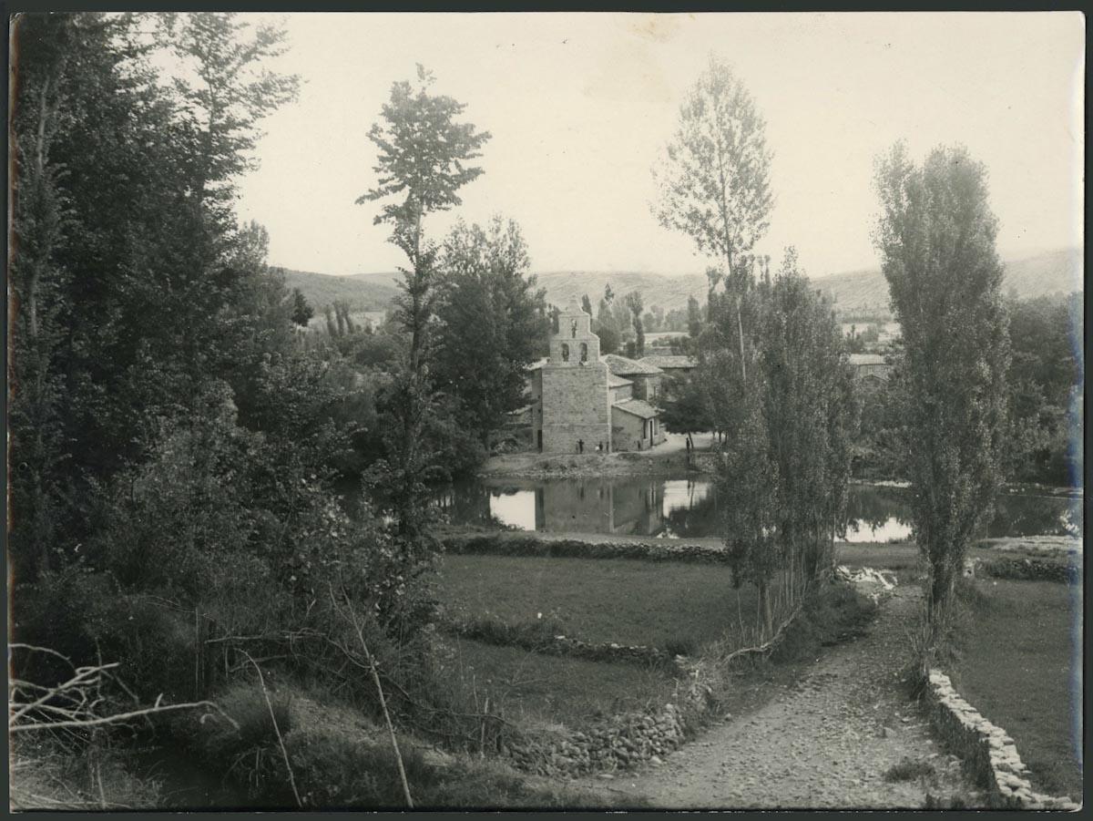 Vista de la iglesia de Lugán desde la carretera