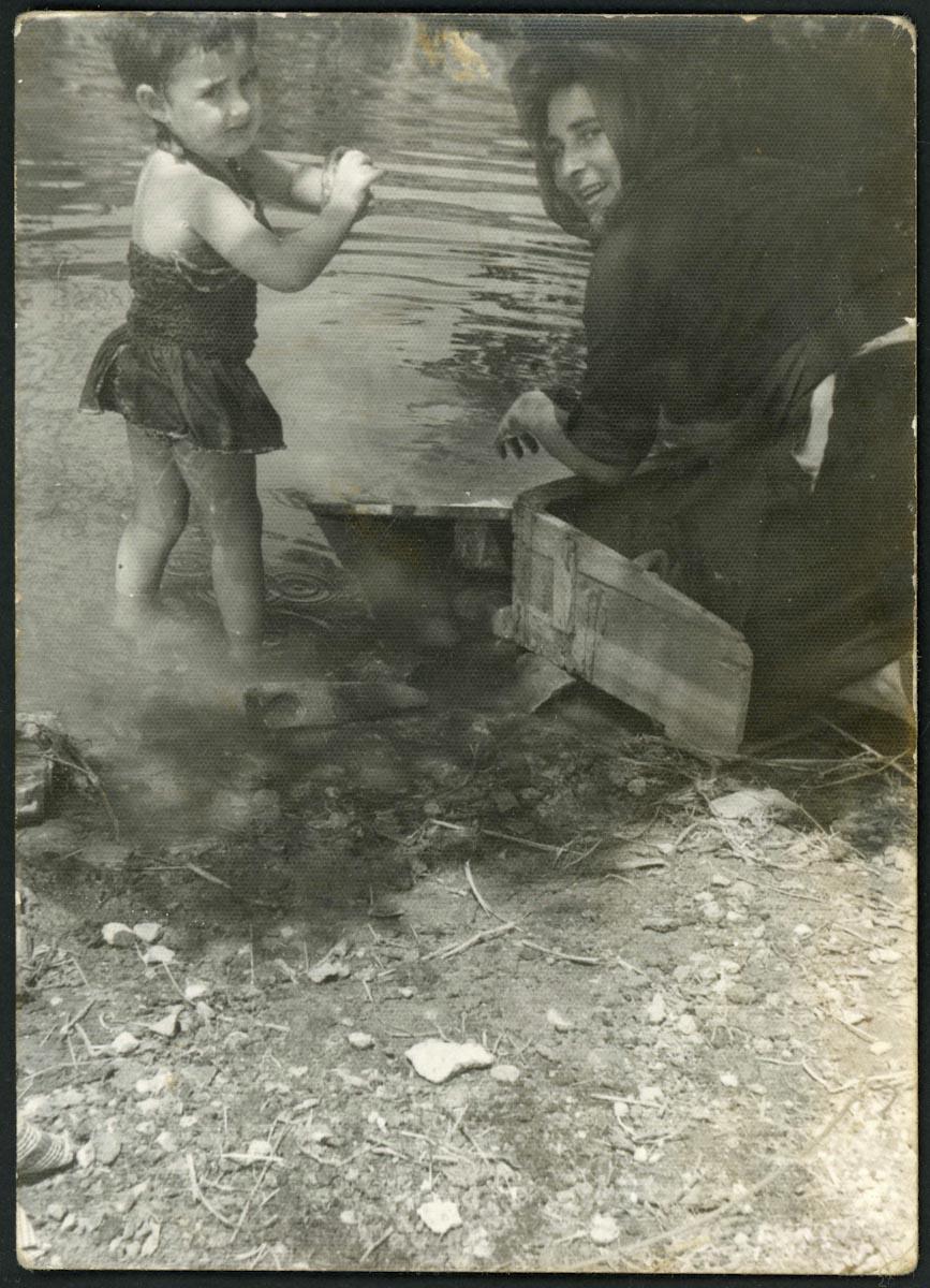 Ana Campillo y Ana Aller lavando en el rio