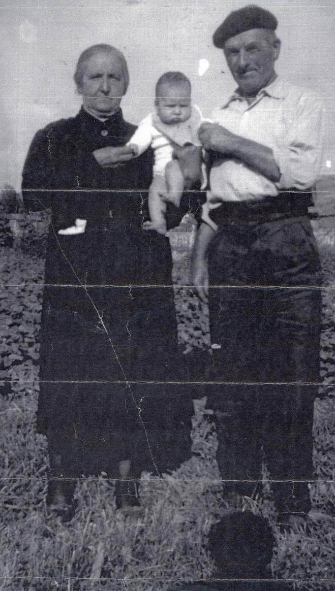 Inocencia Robles y Prospero Campillo con su nieta Susana