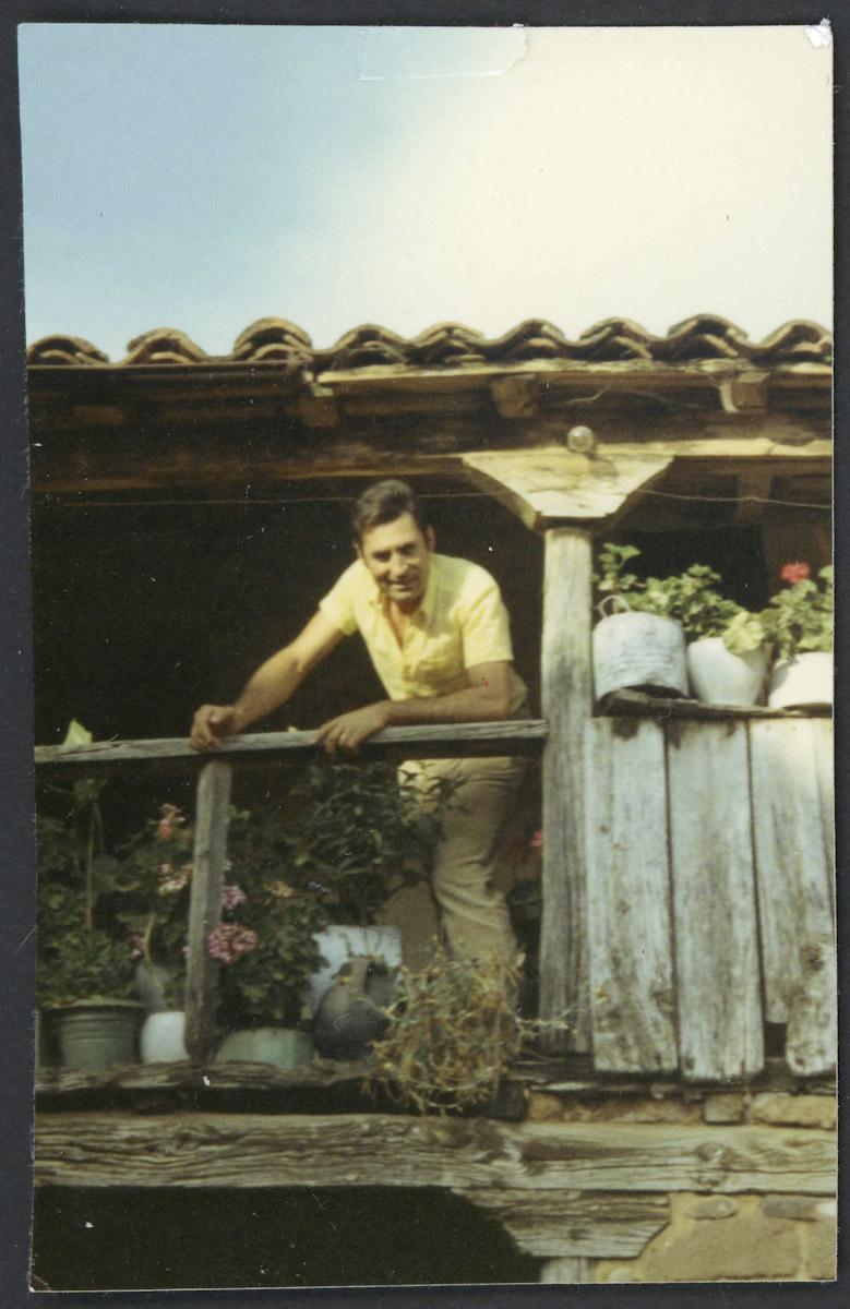 Antonio Llamazares asomado en el corredor de su casa de Lugán