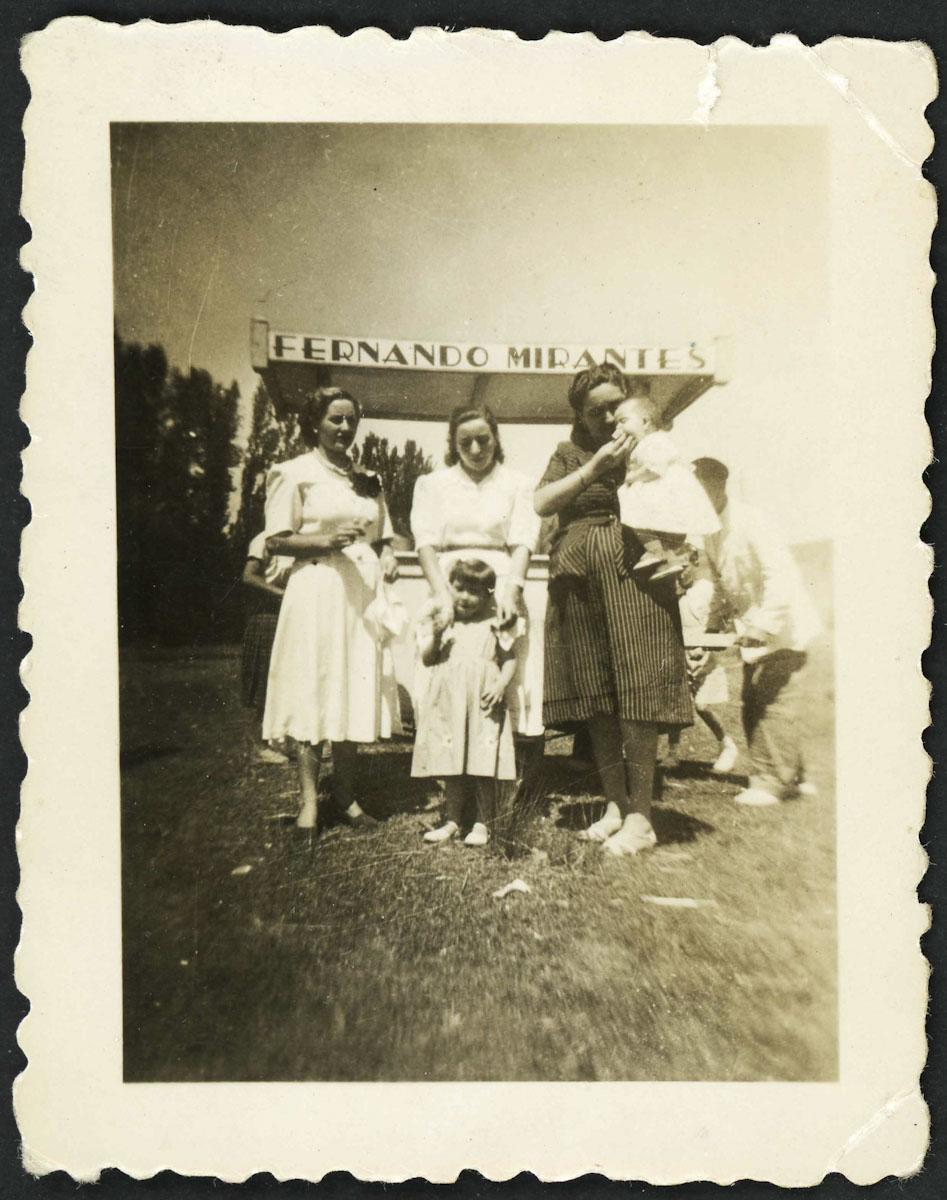 Retrato de grupo delante de Helados Mirantes en Lugán
