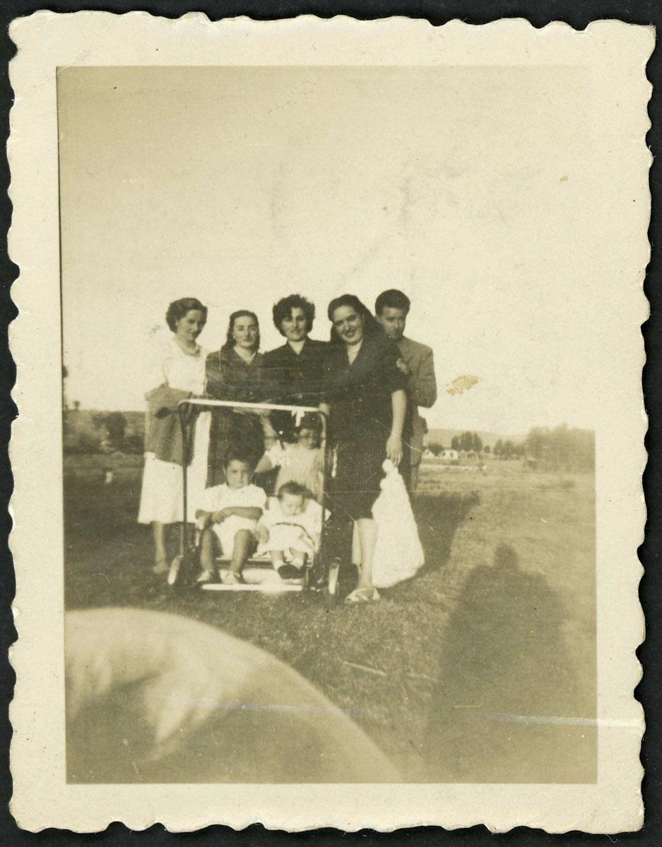 Retrato de grupo familiar en las eras del barrio de abajo de Lugán
