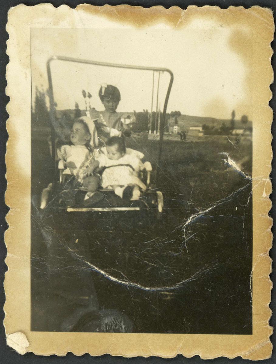 Retrato de niños en carricoche en Lugán