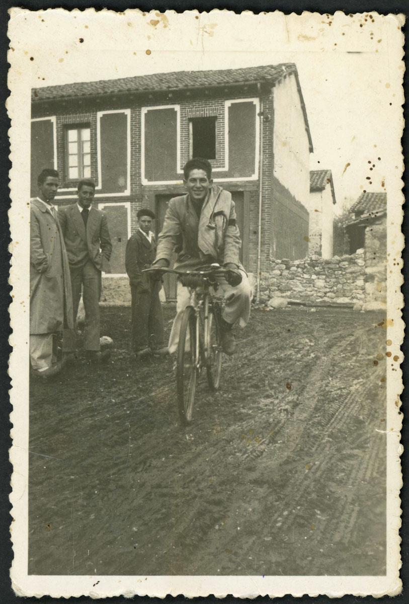 Chico en bici en la calle San Tirso de Lugán